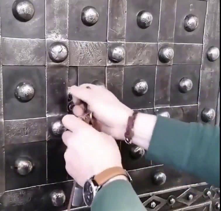 法国古董保险箱,虽然只有三个钥匙,但操作起来可真够烧脑的