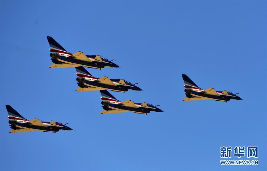 4月15日,空军八一飞行表演队在第三个全民国家安全教育日开放训练中进行歼-10编队飞行。新华社发(刘川 摄)