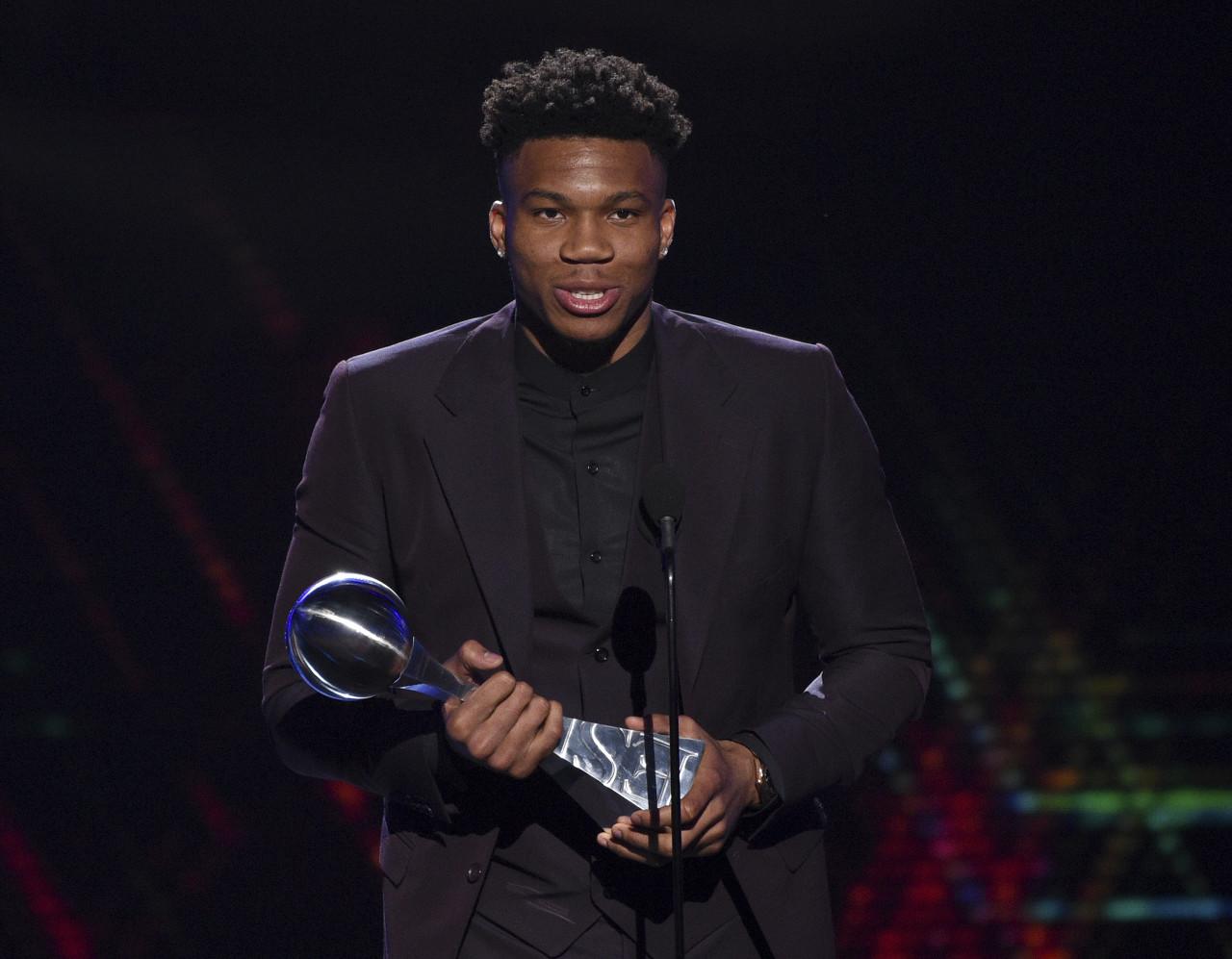 字母哥:有些人不希望我拿到常规赛MVP 但现在奖杯在我房子里