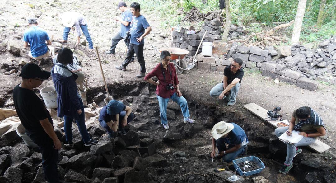 在科潘遗址的考古发掘现场,中洪考古队员正在讨论。社科院考古所供图