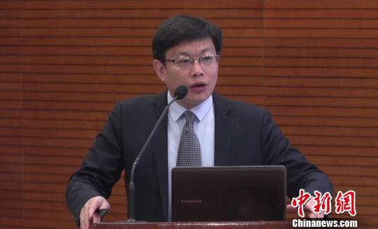 """中国睡眠研究会理事长韩芳发布2018年世界睡眠日的中国主题是""""规律作息 健康睡眠""""。 主办方供图 摄"""