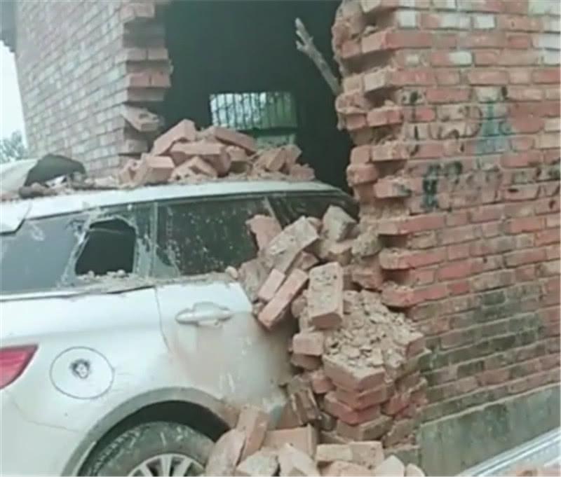 农村一辆山寨版路虎撞墙,车窗碎掉,无法挪动!网友:怎么开的
