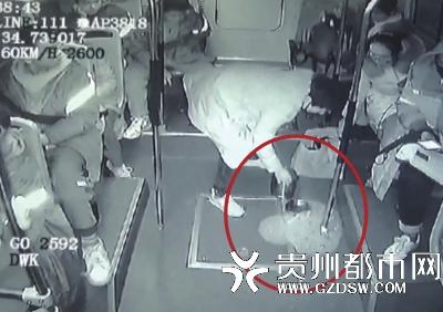公交刹车饭盒里的饭撒一地,郑州一大妈担心滑倒别人,坚持把地面清理干净