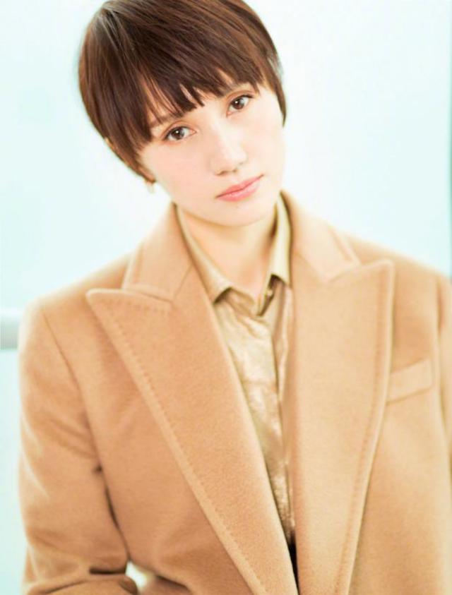 袁泉简单一穿都那么有高级感,驼色大衣内搭衬衫,短发造型真时髦