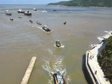 台风逼近    渔船回港