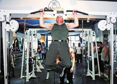 81岁的黄如标仍能熟练标准地做引体向上。