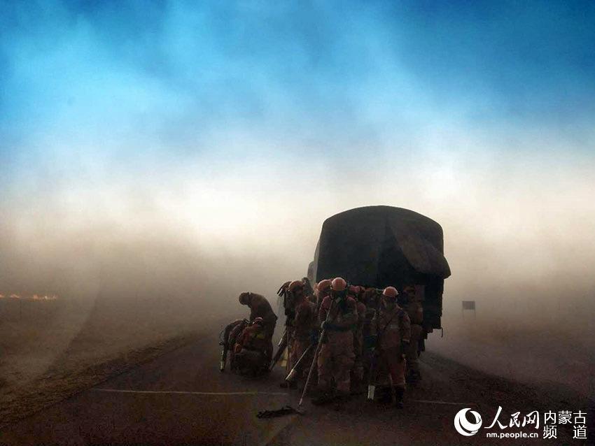 内蒙古呼伦贝尔遭受入境火侵袭 各地严防死守进火即打