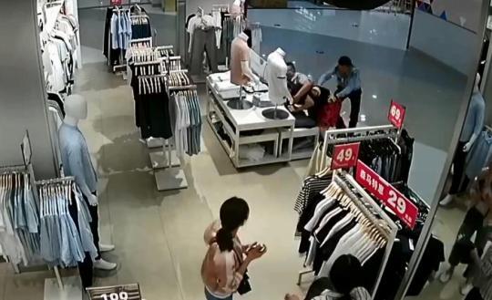 嫌犯跑到二楼电梯入口时被民警扑倒在地。监控截图