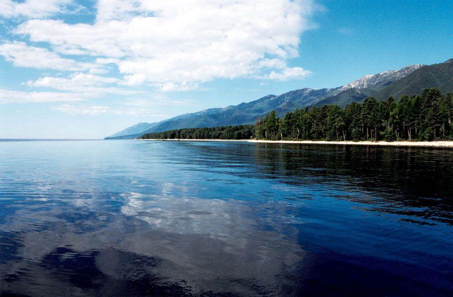 俄媒:中国游客变身志愿者参与俄贝加尔湖环保建设