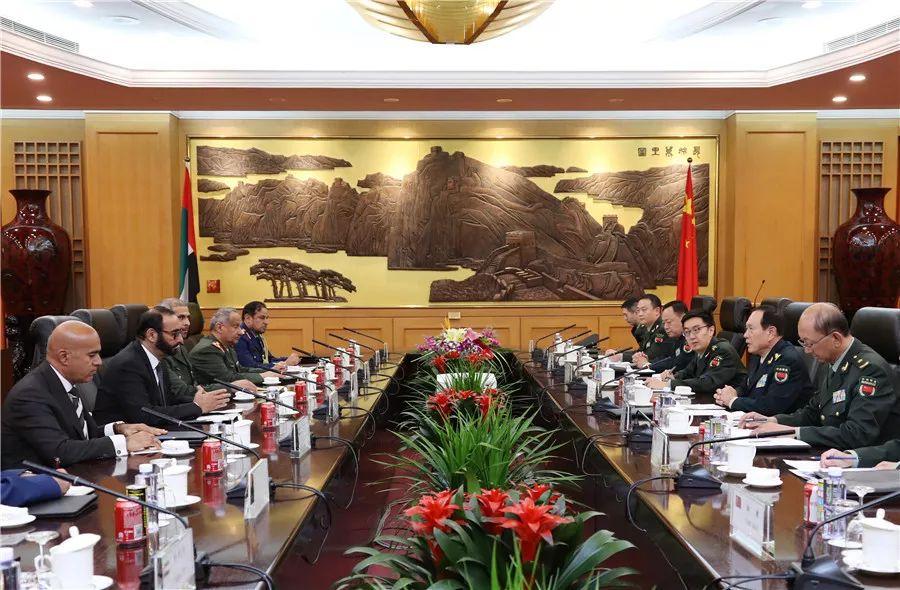 10月20日,国务委员兼国防部少魏凤战正在八一年夜楼取去华列席第九届北京喷鼻山论坛的阿联酋国防国务部少巴瓦迪举办漫谈。李晓伟摄