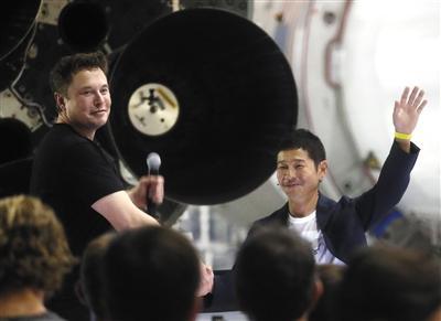 当地时间2018年9月17日,美国加州霍桑,埃隆・马斯克宣布,SpaceX将使用BFR大型猎鹰火箭,送日本亿万富豪前泽友作前往太空,完成七日环月之旅。 图片/视觉中国