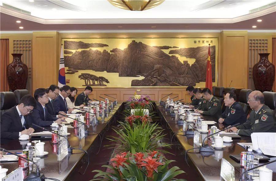 10月20日,国务委员兼国防部少魏凤战正在八一年夜楼会晤去华列席第九届北京喷鼻山论坛的韩国国防部副部少朴宰平易近。范隐海摄