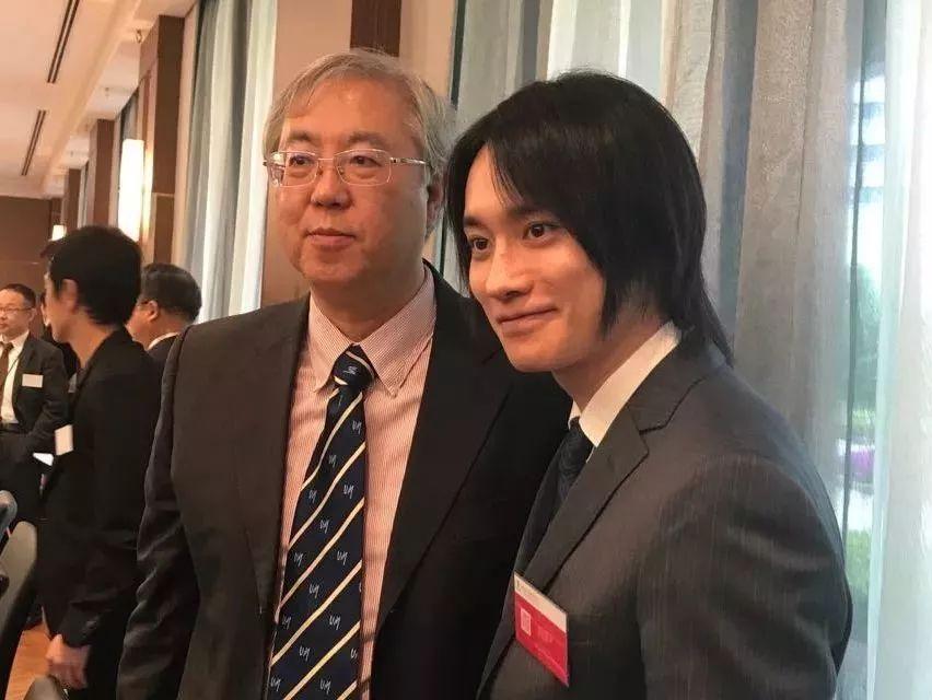 日本著名音乐剧演员、《阴阳师》的主要人物晴明的扮演者良知真次(右)