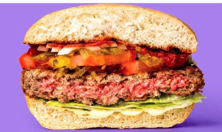 图示:这种汉堡看起来像肉、乃至切起来会有血水。可是,它是否有满足的肉味来招引爱吃肉的人?