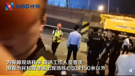 无锡上跨桥桥面侧翻:挖掘机破拆 围观人群被疏散