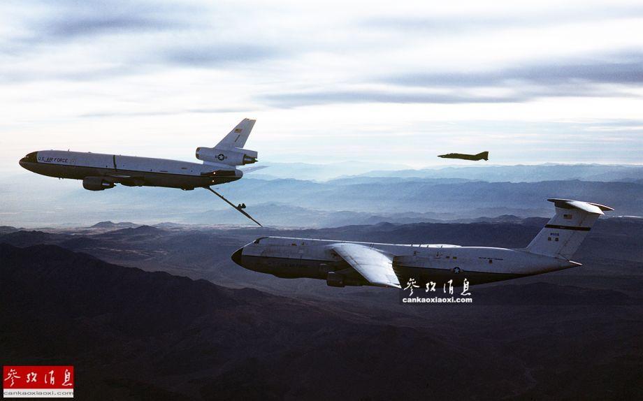 c-5接受kc-10加油机空中加油资料图,可见c-5尺寸比加油机大了一圈不止