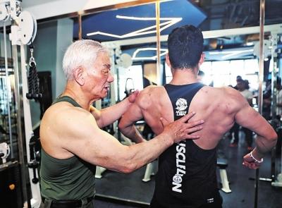 黄如标给健身爱好者讲授背肌训练技巧。 本文图均为大河报 图