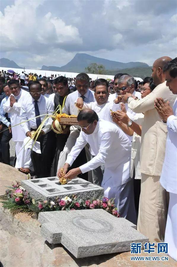 ▲资料图片:2016年7月,斯里兰卡总统西里塞纳(中)为卡卢河大坝(K坝)项目奠基。