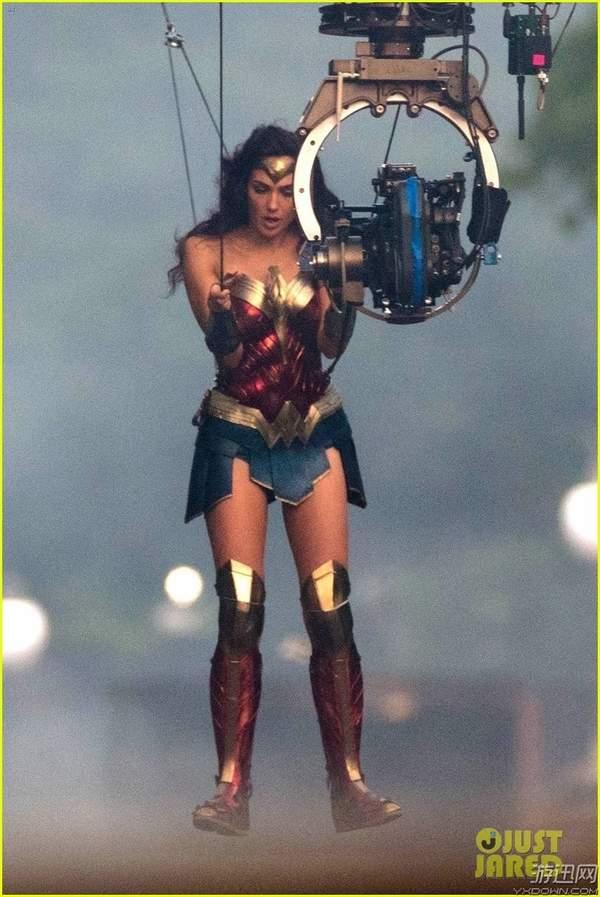 《神奇女侠2》最新片场照 大美腿迷人,胸前被重创