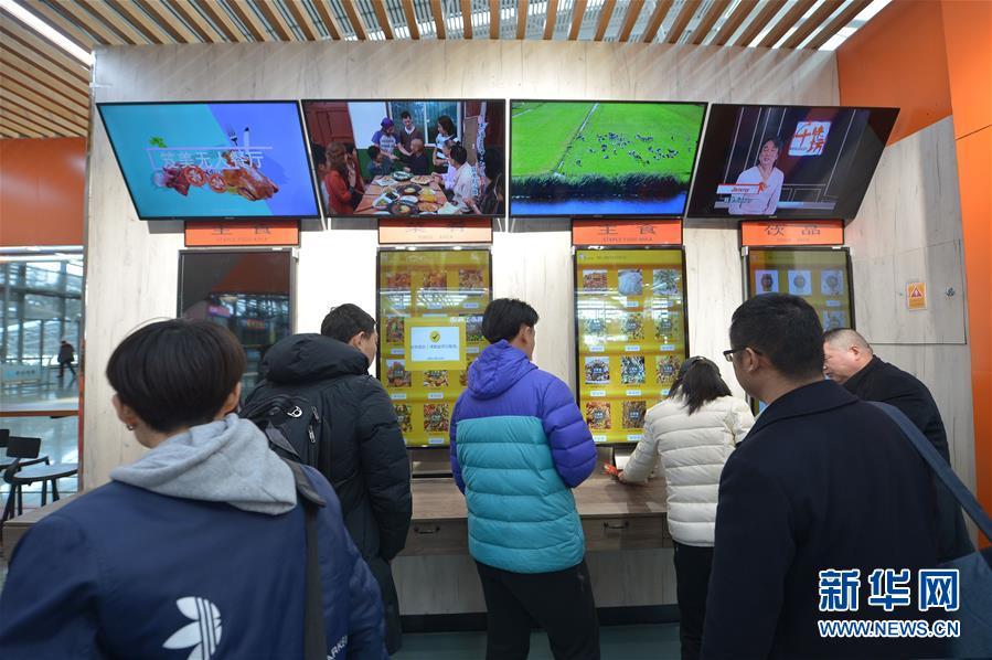 河北邢台发生4车追尾事故 3人被困 消防紧急救援
