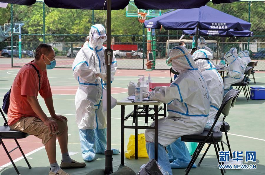 """""""不仅是对自己负责,更是对家庭、对社区、对社会负责""""——北京核酸检测采样点探访见闻"""