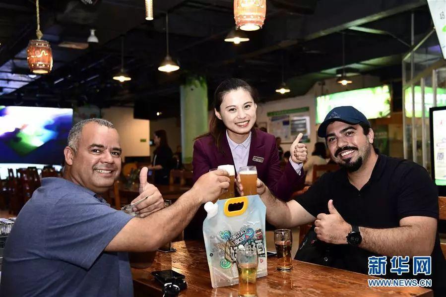 ▲在青岛啤酒博物馆,外国游客举起青岛啤酒干杯。