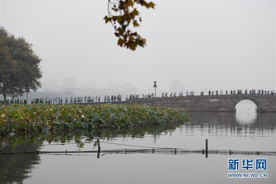 2019杭州马拉松赛鸣枪开跑 超3万名跑者参加