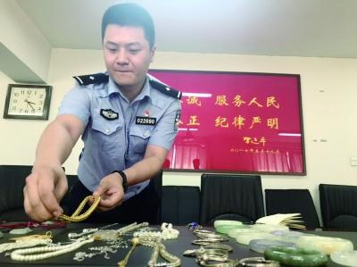 ▲民警整理从嫌疑人张某家中起获的被盗物品摄/朱健勇
