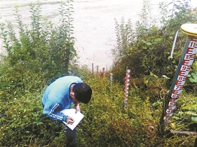 工作人员在丽江境内的金沙江边进行测量