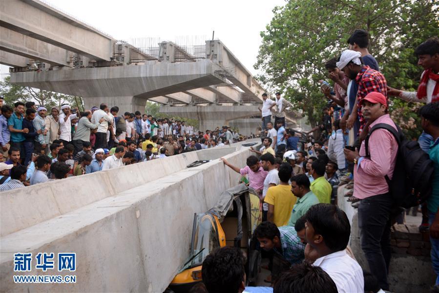 印度北方邦一座在建立交桥垮塌造成16人死亡