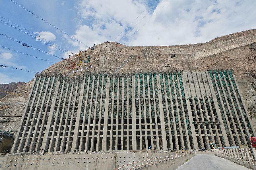 白鹤滩水电站右岸进水塔全线封顶图片