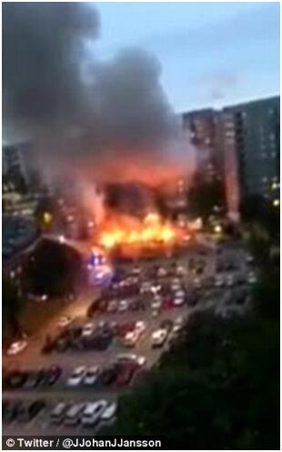 一群蒙面青年在瑞典各地纵火烧车 袭击警察(图