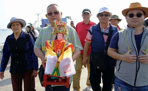 2018-07-20,来自台湾桃园的妈祖信众到湄洲妈祖祖庙谒祖进香。2017年农历三月以来,台湾多地的信众来到妈祖故乡,谒祖进香,祈佑两岸和平。 新华社记者 魏培全 摄