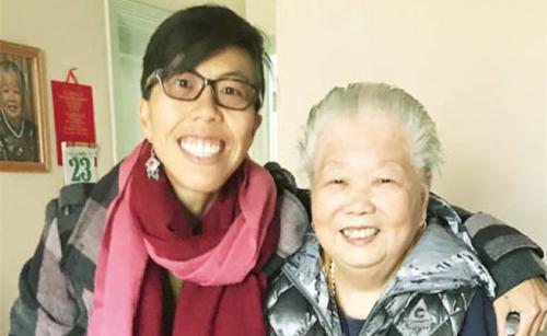 余嘉雯(左)及被殴重伤的外祖母黄奕爱感情深厚。(图片来源:美国《世界日报》,余嘉雯供图)