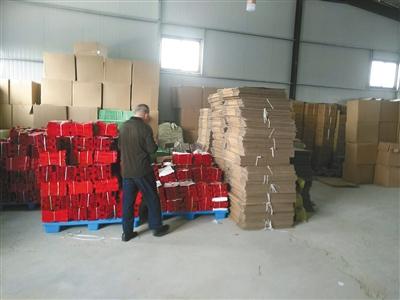 执法人员正在清点涉事企业内的可疑阿胶产品。受访者供图