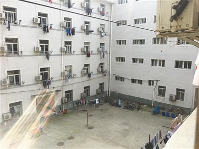 陶崇园宿舍楼,他从楼顶天台坠亡。新京报记者 陶若谷 摄