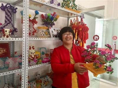 刘春燕在手工作坊,展示自己的作品。