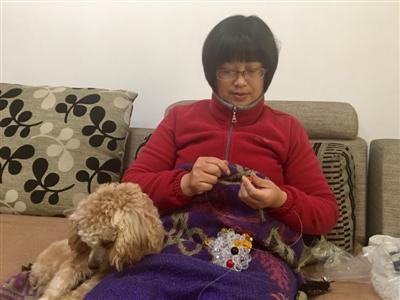 刘春燕在串珠子。