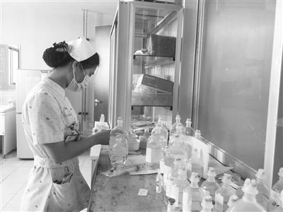 海医第二附属医院肿瘤科护士为患者配药
