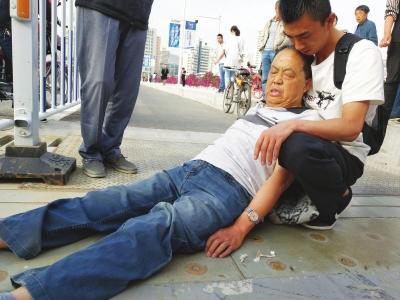 骑电动自行车撞倒路人为防伤者着凉—— 父子俩轮流将