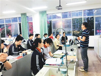 图为著名侨乡浙江省青田中学的考生们正在备战高考。  (来源:青田中学供图)