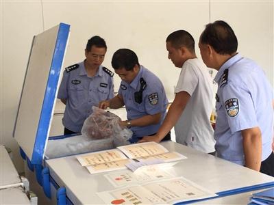 警方在野味收购点进行检查,徐小龙出示相关证照。