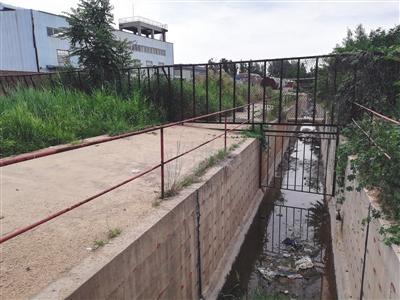 建新股份位于沧县小朱庄的老工厂,从工厂内部向外延伸的一条水渠中还残留着一些垃圾。