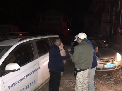 杨海林(左一)带领救援人员连夜上山为滞留人员送去汽油,将他们安全护送下山。