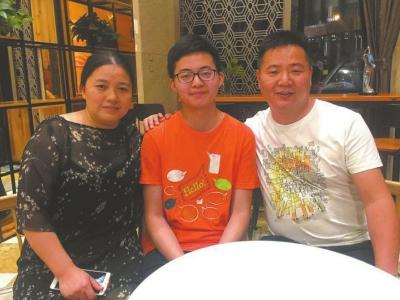 周川和父母。