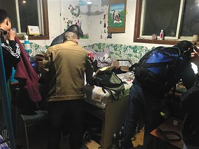 南通警方破獲電商網站流量攻擊案,圖爲民警在犯罪嫌疑人家中進行搜查。警方供圖