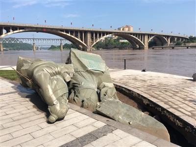 """哦嗬,""""苏黄""""雕塑又被第二次洪峰冲倒,这回头、手碎裂"""