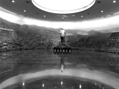"""序厅正中耸立着""""毛泽东同道正在喷鼻山""""年夜型雕塑,布景油绘为""""喷鼻山之秋""""。雕塑左边为""""渡江战争""""浮雕,雕塑右边为""""共商国事""""浮雕"""
