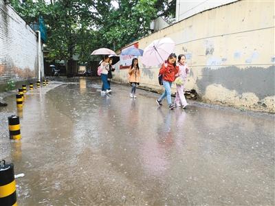小巷无排水管道 雨天路面积水严