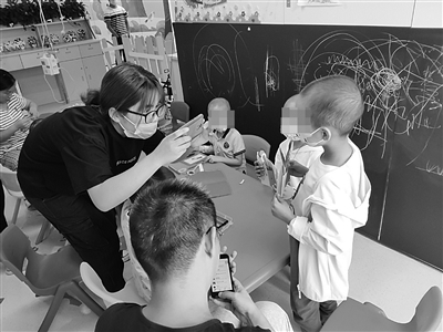 南京儿童医院的病房学校,孩子在家长陪伴下上课。 宋世锋 摄